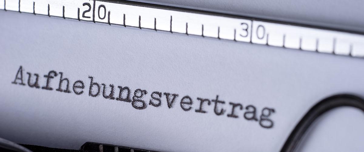 Schreibmaschine mit Aufhebungsvertrag-Schriftzug