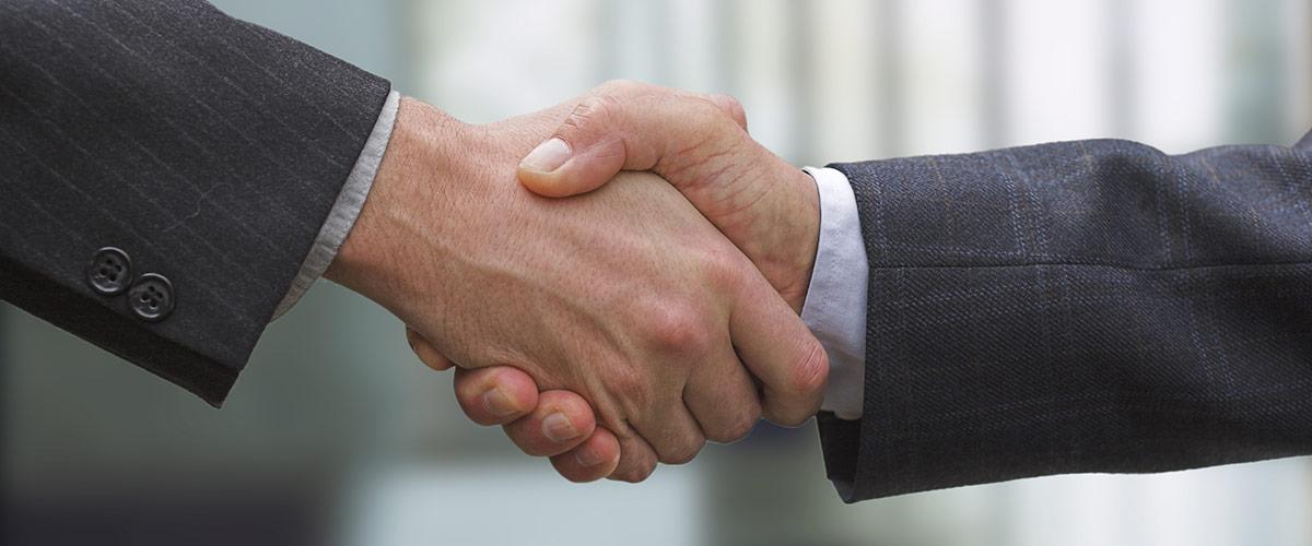 Ein Händeschütteln zwischen zwei Geschäftsmännern