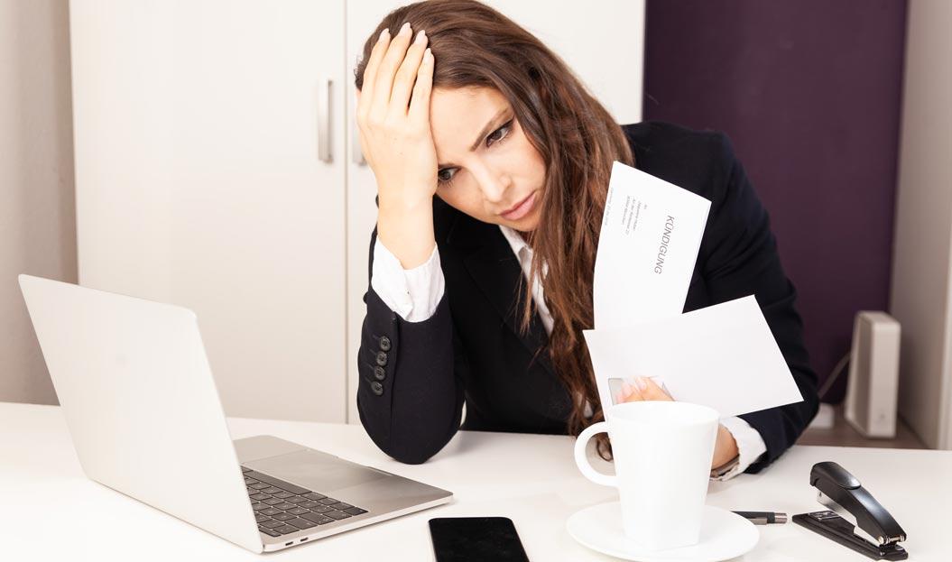 Frau hält Kündigungsschreiben in der Hand